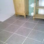 sol-de-salle-de-bain-en-carreau-40x40-avec-joints-gris
