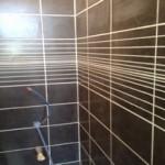 faence-du-sol-au-plafond-dans-cette-salle-de-bain-cre-dans-une-maison-de-village-joliment-rnov-et-acceuillant-des-chambres-dhtes-saint-quentin-la-poterie